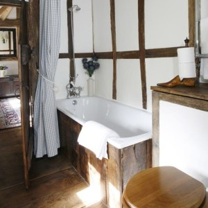 small-rustic-bathroom-with-beams